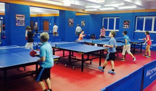 дети играют в теннис настольный